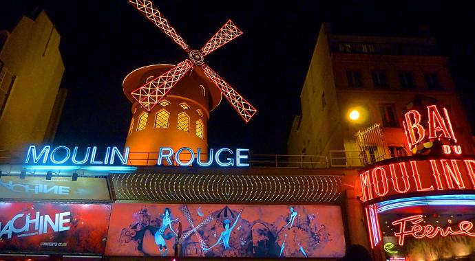 Moulin rouge éclairé de nuit